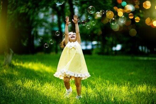 menina-pulando-entre-bolhas-de-sabao