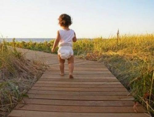 3 exercícios para ajudar os bebês a andar