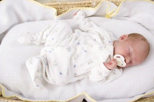 Em que posição os bebês devem dormir?