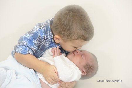 crianca-beija-bebe