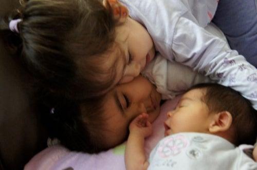Evite o ciúmes de seu filho com a chegada do bebê