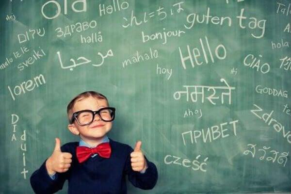 menino-feliz-com-quadro-com-letras-muitos-idiomas