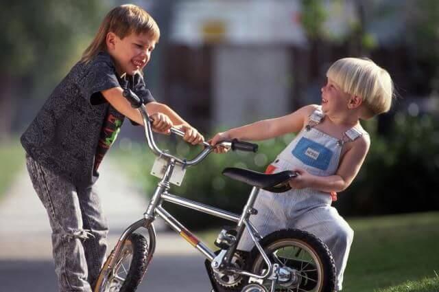 Ensine seu filho como reagir quando outras crianças o agridem