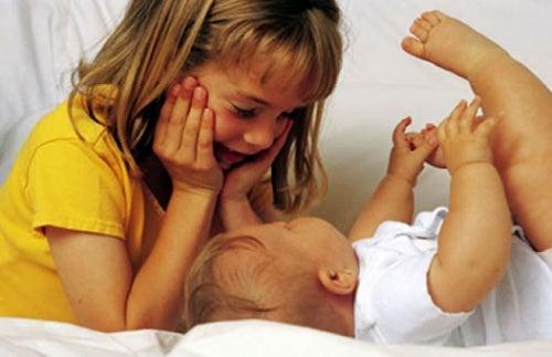 O que fazer para o segundo filho também se sentir importante?