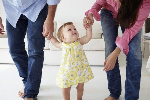 Como ajudar o seu filho a dar os primeiros passos