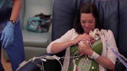 Este vídeo mostra que o amor fortalece os bebês prematuros