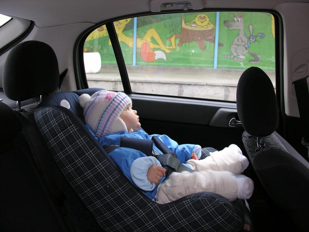 Por que você não deve colocar seu filho no carro com casaco