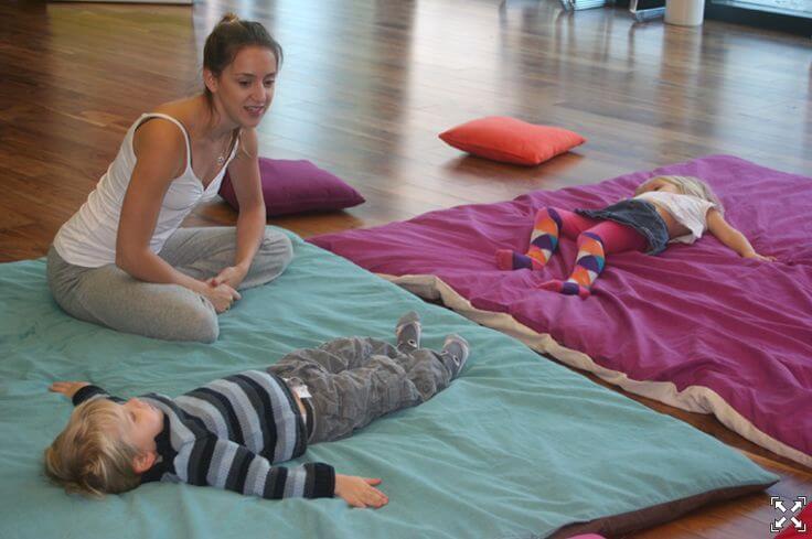 """""""Brincadeira"""" com muitos benefícios: yoga infantil"""