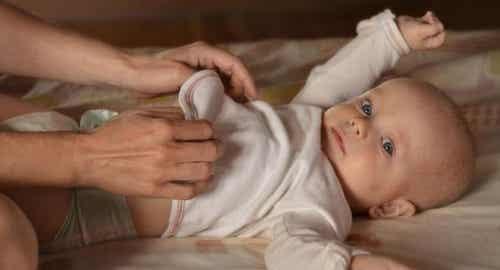É conveniente acordar o bebê para trocar a fralda?