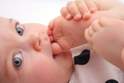 Bebês descalços: mais felizes e inteligentes?