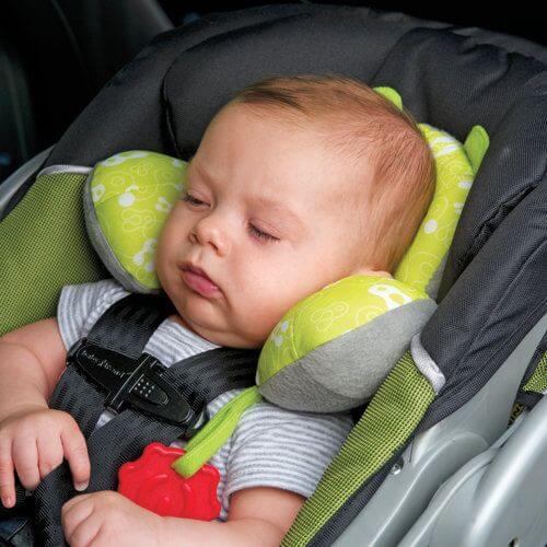 Não é adequado que o bebê durma na cadeirinha do carro