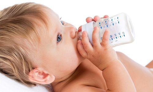 Um bebê com menos de 6 meses deve beber água?