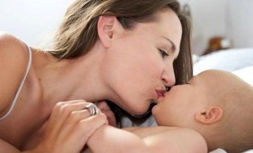 Por que evitar dar beijos na boca do bebê?