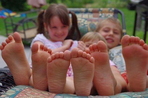 Por que as crianças amam ficar descalças?