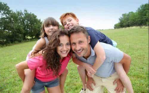 Crianças felizes mesmo com limitações no orçamento