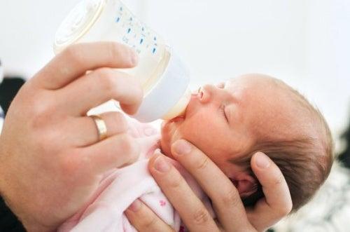 o que fazer quando bebê recusa a mamadeira