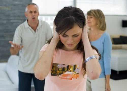 Como corrigir o comportamento rebelde do seu filho adolescente