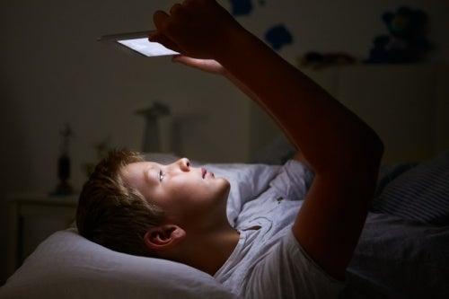 Crianças que ficam acordadas até tarde são mais propensas a sofrer distúrbios