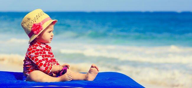 bebê à praia