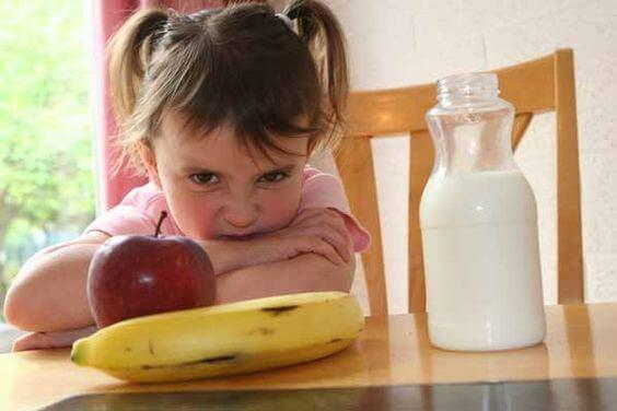 Como agir com crianças teimosas para comer?