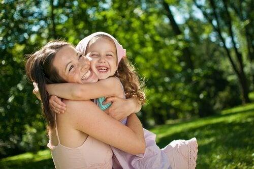 mae-abracando-filha-sorrindo