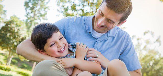 Os benefícios das cócegas nas crianças