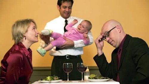 O que fazer quando seu filho faz birra em um restaurante