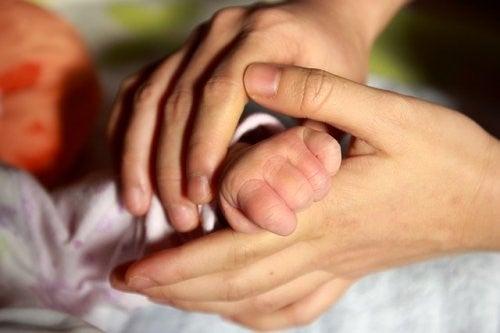 Por que o contato físico com o bebê é benéfico?