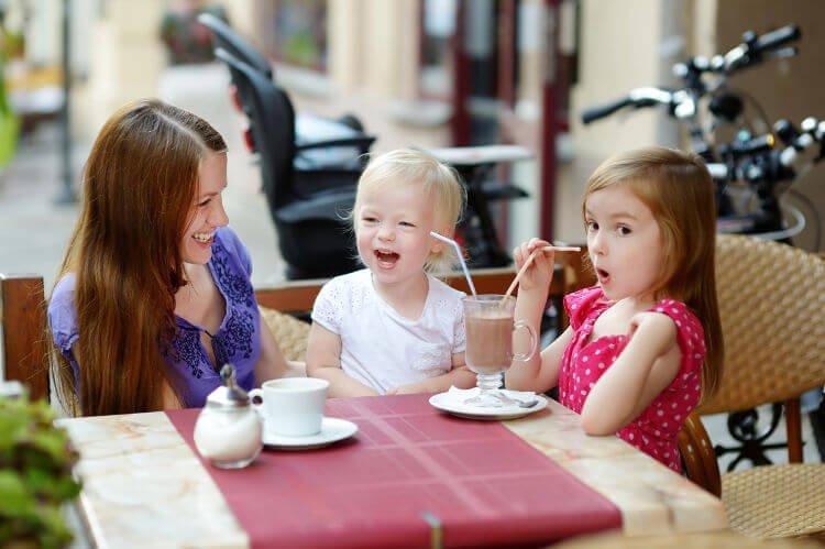 Como manter uma criança pequena entretida no restaurante