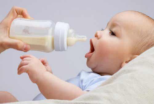 Posso misturar leite materno com leite de fórmula?