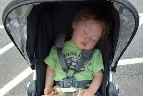 As pessoas me criticam porque eu ainda carrego meu filho no carrinho