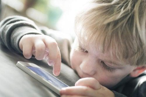 Muito tempo diante das telas faz mal para as crianças
