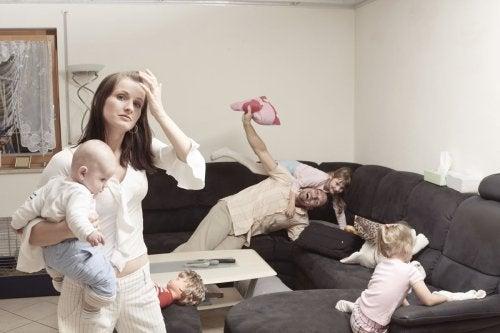 Por que as mães se sentem mais estressadas que os pais ao cuidar dos filhos