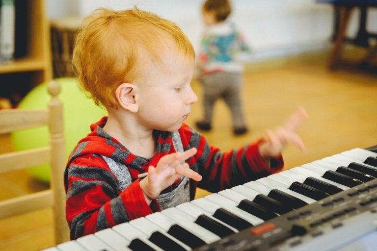 estudo que diz que a música pode ajudar os bebês a falar