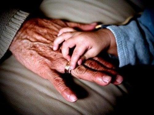 Por que a avó materna tem tanta importância para uma criança