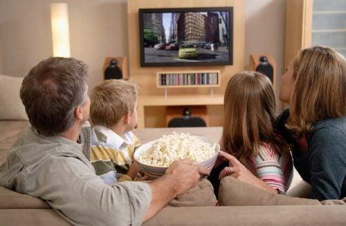 7 benefícios de assistir desenhos animados com seus filhos
