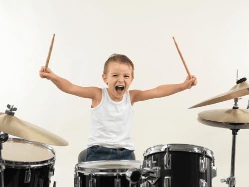 8 benefícios de tocar bateria para as crianças