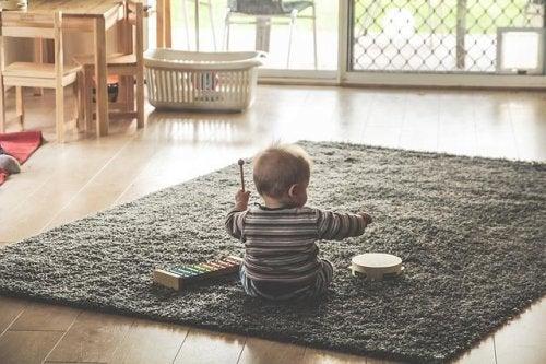 Por que os bebês jogam tudo no chão?
