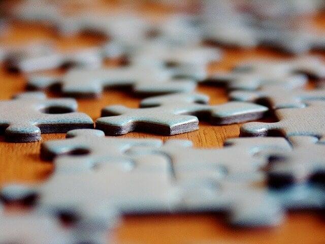 Montar quebra-cabeças uma excelenteatividade para as crianças hiperativas