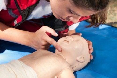 Como reanimar um bebê após um acidente
