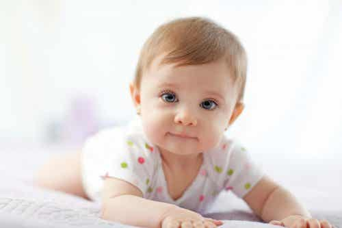 A importância de colocar o bebê deitado de barriga para baixo