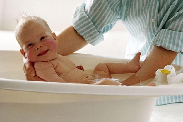 não dar banho no bebê