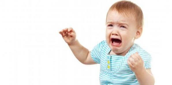 bebê chorando muito e olhando para alguém