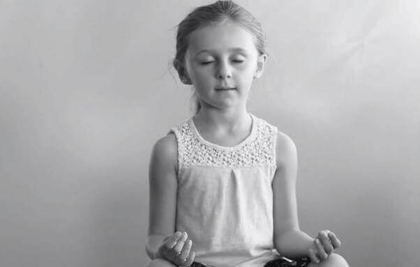 menina praticando ioga