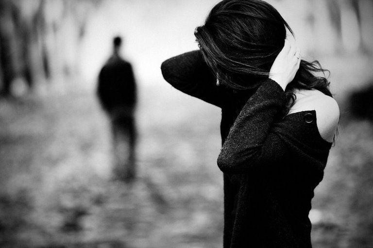 moça com as mãos na cabeça sentindo abandono emocional