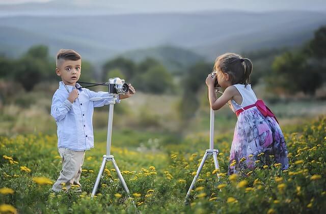 as lembranças de irmãos tirando fotos