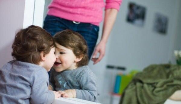 conhecimento do ambiente quando o bebê começa a brincar em frente ao espelho