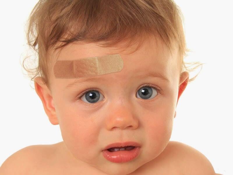 O que fazer se meu filho bater a cabeça com força?