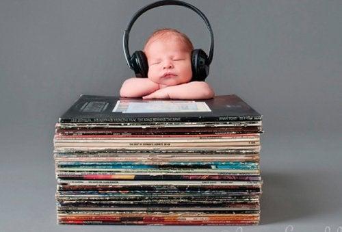 Escutar música ajuda seu bebê a aprender a falar mais rápido