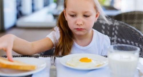 Meu filho come pouco, devo ficar preocupada?
